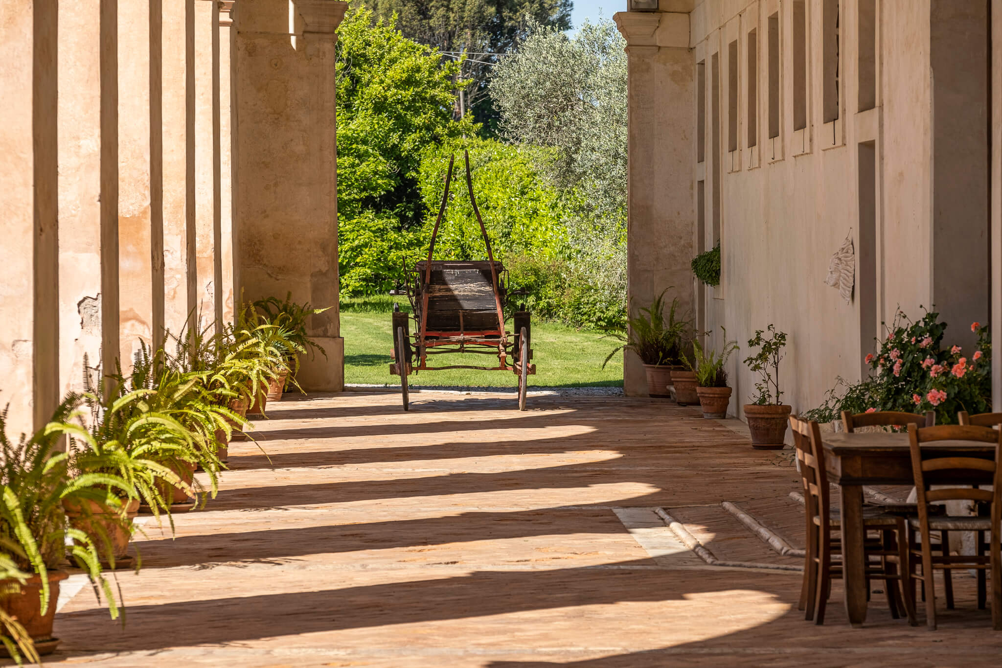 Dal portico della Barchessa Loredan sono accessibili la cantina, la barricaia, il negozio e il giardino.