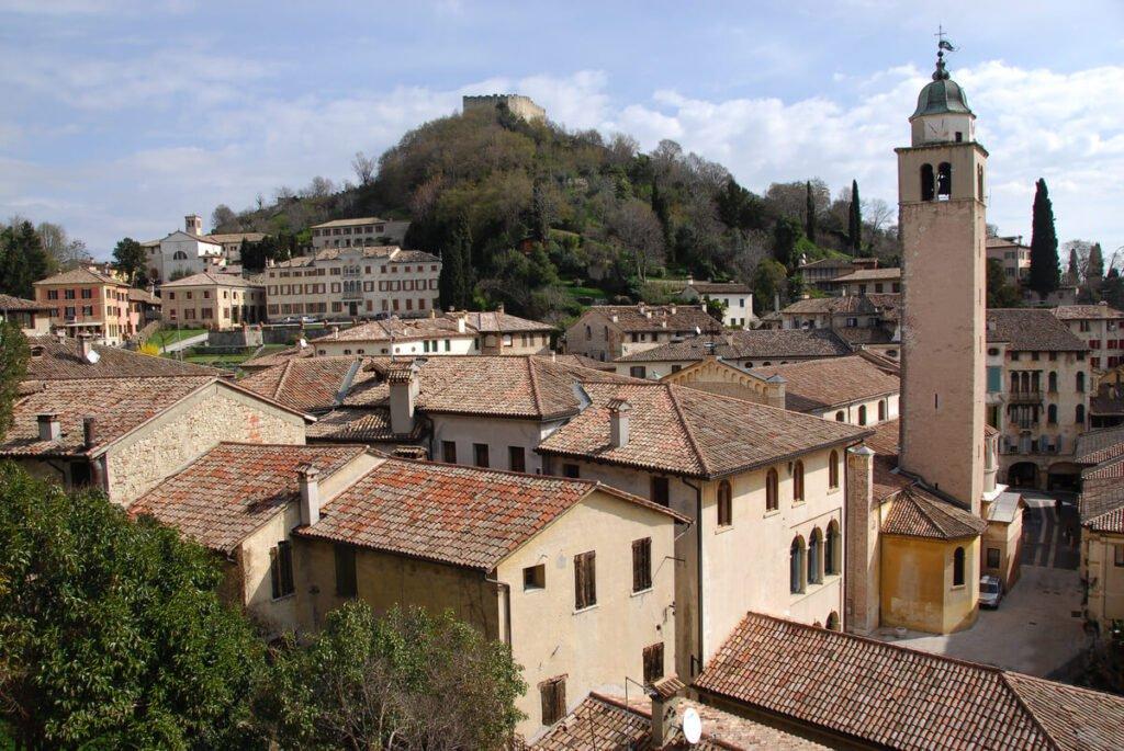 Il centro storico di Asolo, uno dei borghi più belli d'Italia. Sullo sfondo la rocca di Asolo troneggia sulla cittadina.