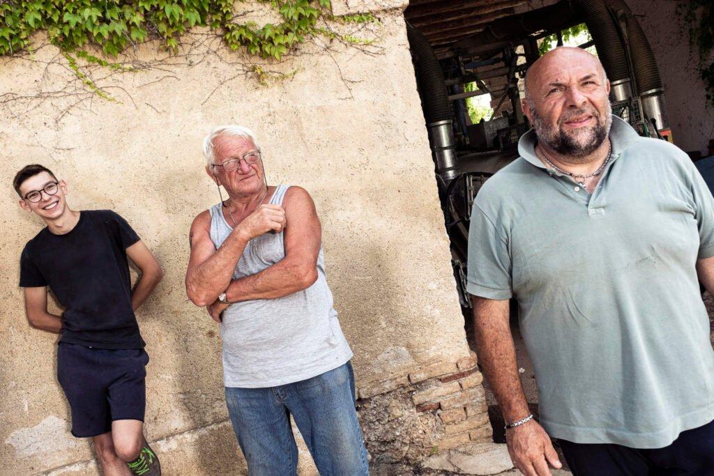 Tre generazioni di viticoltori a confronto presso il riparo degli attrezzi della Cantina Barchessa Loredan.