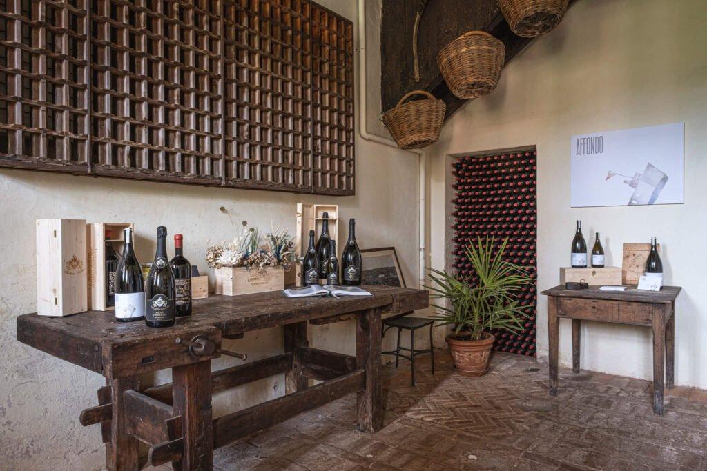 Lo shop dei vini della Cantina Barchessa Loredan a Selva del Montello, con esposizione di vini bianchi e rossi.