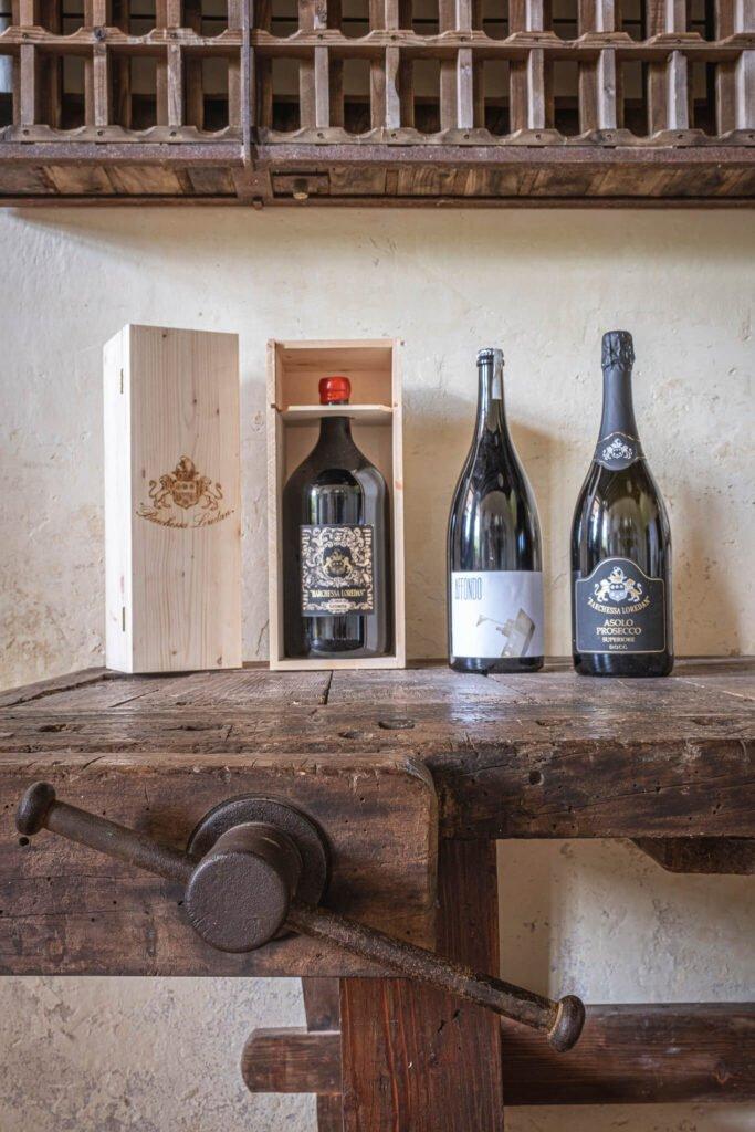 Una bottiglia di Affondo, una di Prosecco Superiore D.O.C.G. e una magnum di vino merlot Grinera IGT Colli Trevigiani.