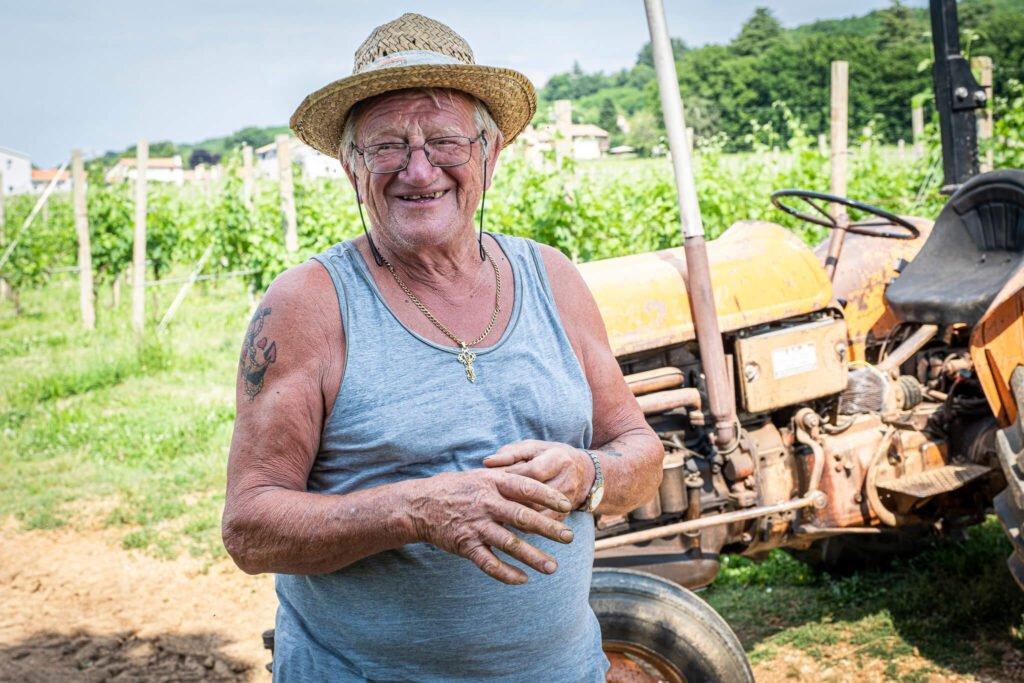Ritratto di uno dei viticoltori più esperti di Barchessa Loredan, con alle spalle il trattore usato per le vendemmie dei vigneti di Selva del Montello e Venegazzù.