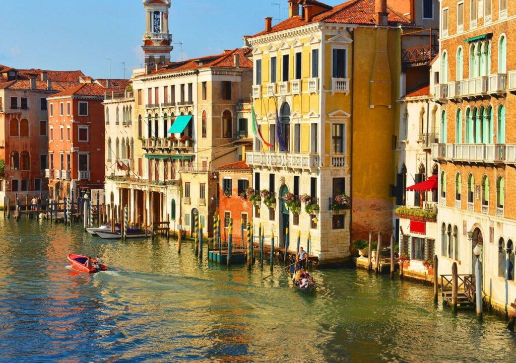 Palazzi storici sulle rive del Canal Grande a Venezia.