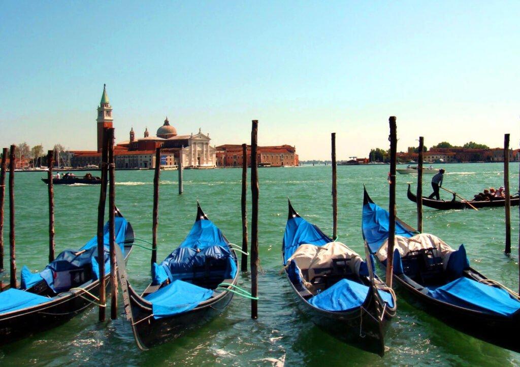 Gondole attraccate a in Piazza San Marco a Venezia. Sullo sfondo la Chiesa di San Giorgio Maggiore.
