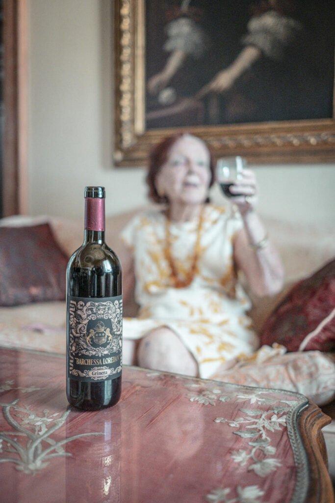 La Contessa Nicoletta Moretti degli Adimari assapora un calice del vino rosso Grinera, prodotto dalla Cantina Barchessa Loredan a partire da uve Merlot IGT Colli Trevigiani.