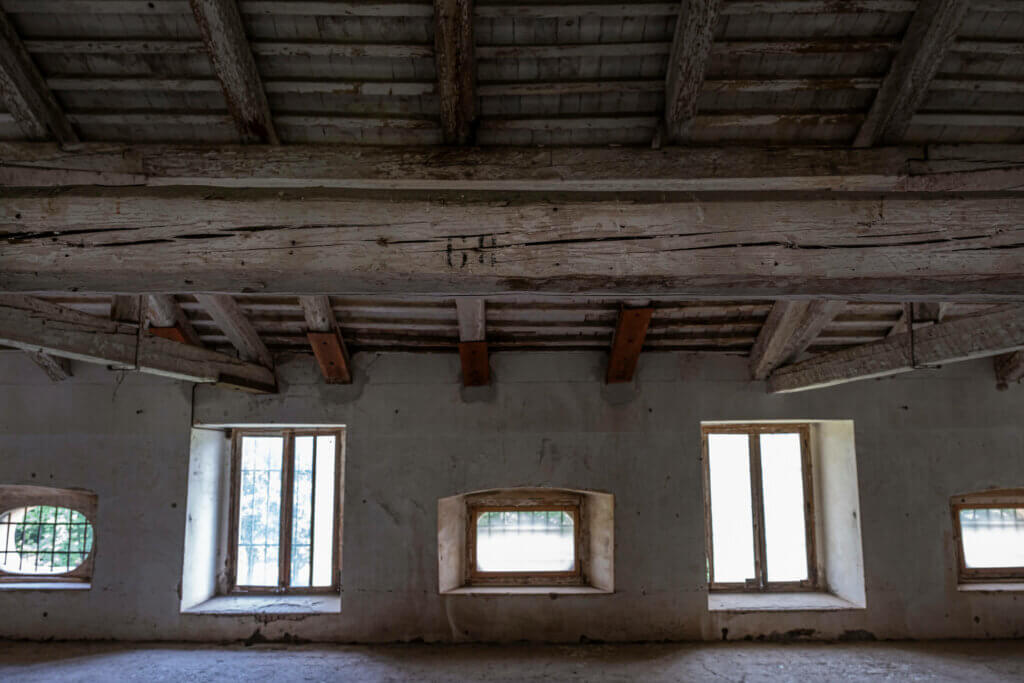 Nel solaio della Barchessa Loredan sono ancora visibili i numeri dei letti dell'ospedale da campo allestito durante le Guerre Mondiali.